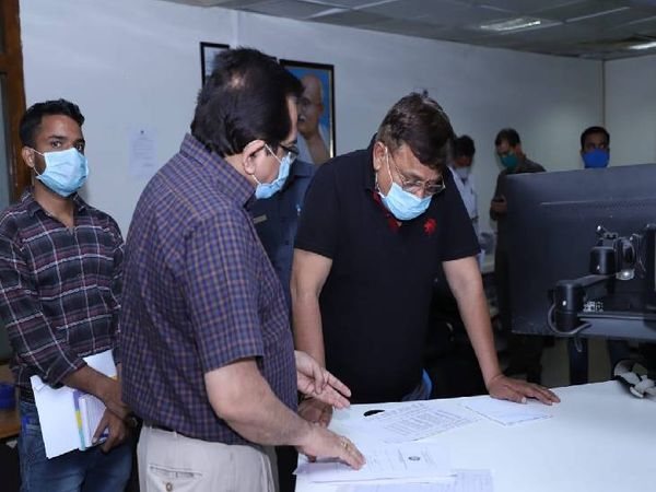 अभियंताओं से जानकारी लेते हुए ऊर्जा मंत्री प्रद्युम्न सिंह तोमर।