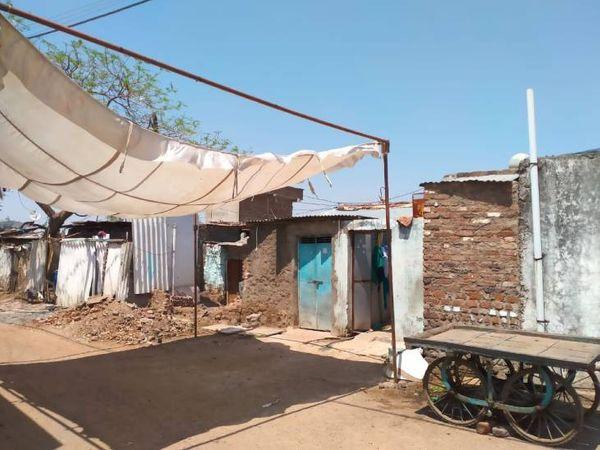 खंडवा की बंगाली कॉलोनी में यहां रहती थी तमन्ना (नीले दरवाजे वाला घर)