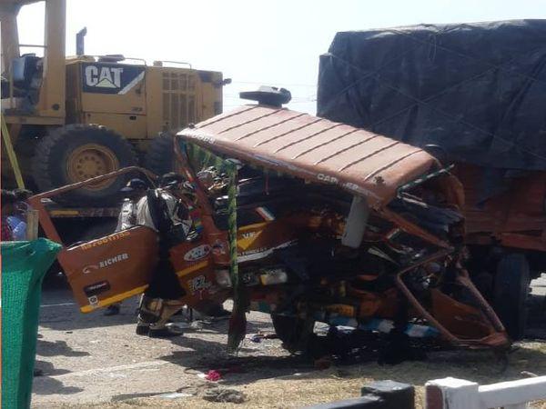 हार्वेस्टर में पीछे से घुस गया मिनी ट्रक, एक की मौत, एक घायल। - Dainik Bhaskar