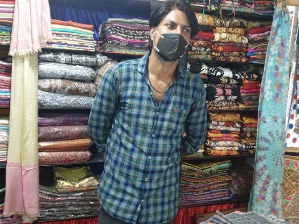 मूल रूप से कश्मीर के रहने वाले नसीम कपड़े की दुकान चलाते हैं। वे पिछले 12 साल से यहां रह रहे हैं।