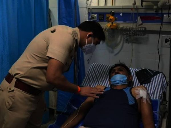 निजी अस्पताल में भर्ती  घायल का बयान लेती बरगी पुलिस। - Dainik Bhaskar