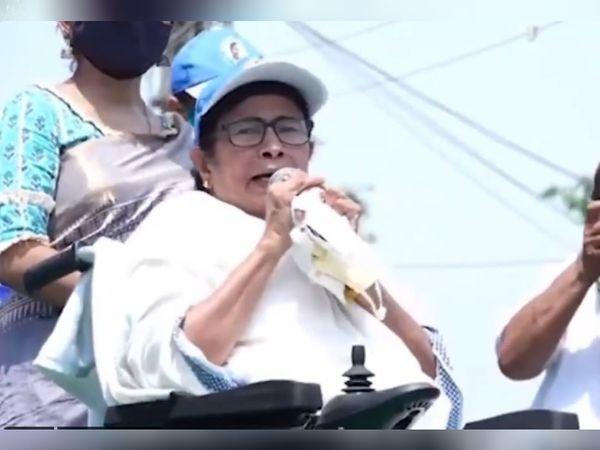 मुख्यमंत्री ममता बनर्जी पिछले चार दिनों से नंदीग्राम में ही हैं। मंगलवार को उन्होंने भागाबेड़ा में व्हीलचेयर पर बैठकर पदयात्रा की अगुआई की।