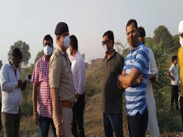कार्रवाई के दौरान मौके पर मौजूद अधिकारी।