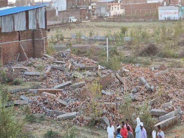 माफिया कज्जू का अवैध निर्माण तोड़ा गया।