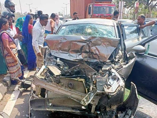 हादसा इचाक क्षेत्र के वरियठ गांव के पास NH-33 पर हुआ। - Dainik Bhaskar