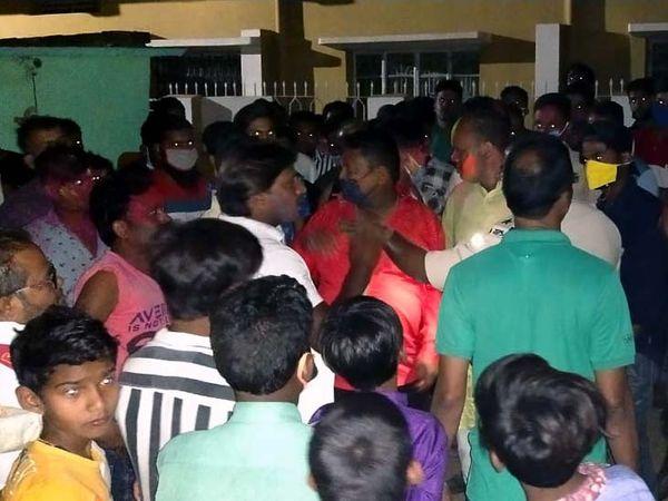 घटना की सूचना के बाद मौके पर जुटी लोगों की भीड़। - Dainik Bhaskar