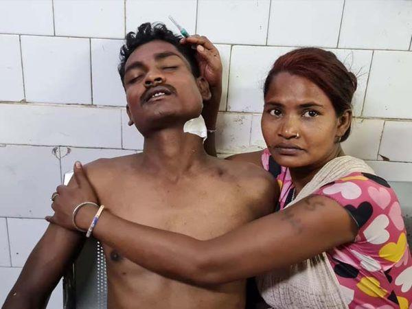 छोटे भाई के हमले से जख्मी शंभू कालिंदी। - Dainik Bhaskar