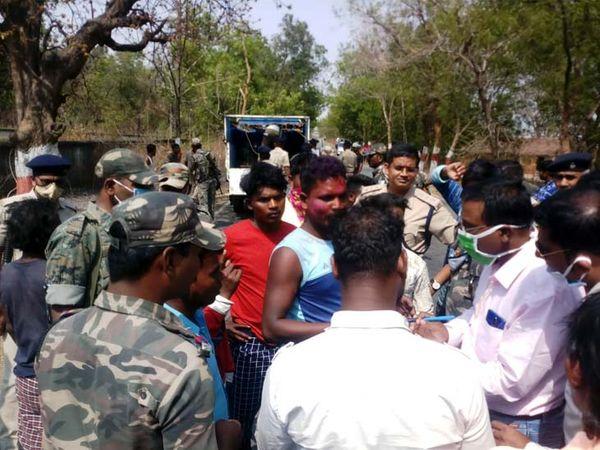 घटना के बाद ग्रामीणों ने सड़क जाम कर हंगामा शुरू कर दिया। - Dainik Bhaskar