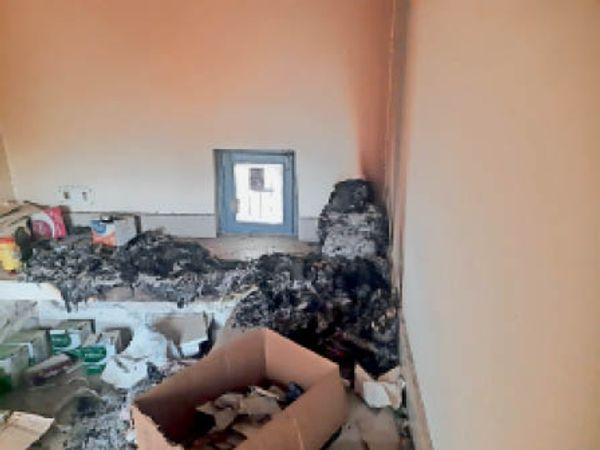 पशु अस्पताल में चोरों की ओर से जलाया गया सरकारी रिकार्ड। - Dainik Bhaskar