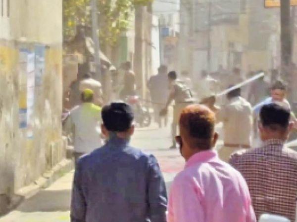 नवलगढ़. गेर जुलूस निकालने की जिद्द पर अड़े युवकों पर लाठियां भांजकर खदेड़ती पुलिस। - Dainik Bhaskar