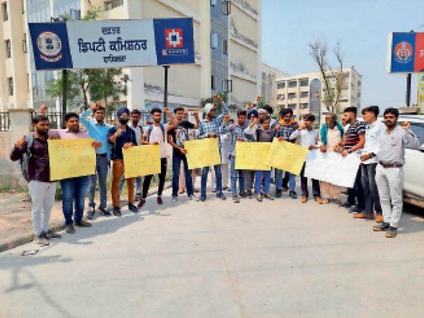 फाजिल्का के डीसी कार्यालय के समक्ष रोष धरना देते यूनियन के सदस्य। - Dainik Bhaskar