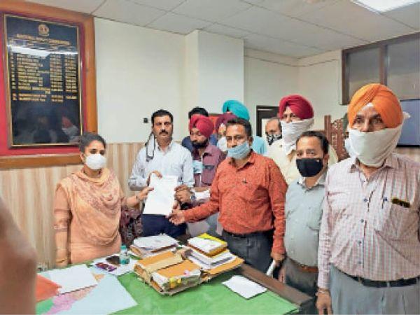 एडीसी को मांग पत्र सौंपते विभिन्न संगठनों के पदाधिकारी। - Dainik Bhaskar
