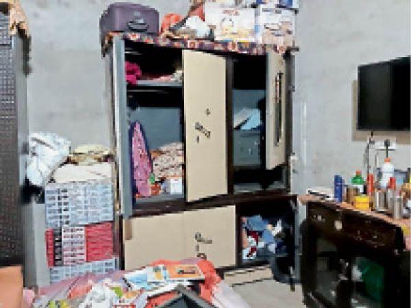 चोरों द्वारा घर में बिखेरा गया सामान। - Dainik Bhaskar