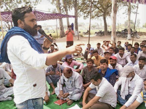 जठलाना   लोगों को संबोधित करते भीम आर्मी के प्रदेश अध्यक्ष कमल बराड़ा। - Dainik Bhaskar