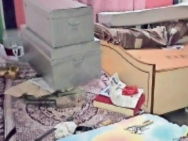 वार्ड 40 के एक मकान में चोरों द्वारा बिखेरा गया सामान। - Dainik Bhaskar