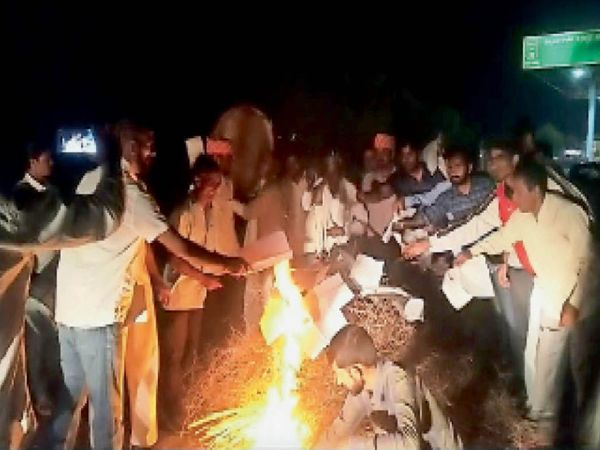 झुंझुनूं. ढिगाल टोल बूथ पर कृषि कानूनों की प्रतियां जलाते किसान। - Dainik Bhaskar