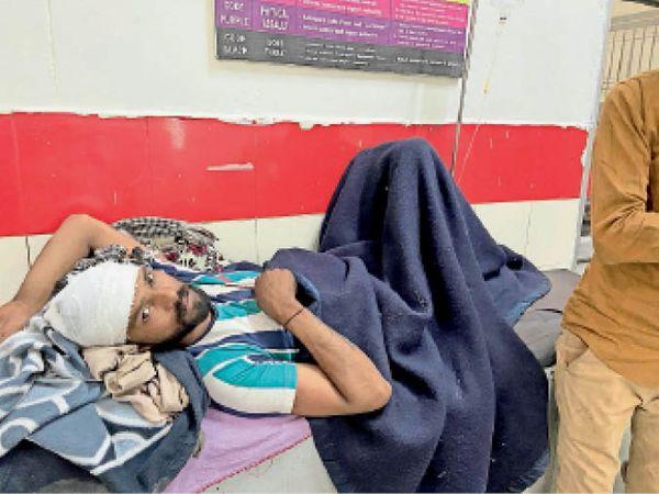 यमुनानगर| होली के दिन हुए हमले में घायल गांव सलेमपुर निवासी। - Dainik Bhaskar