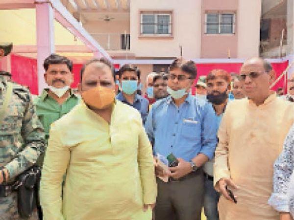 मंत्री को ज्ञापन सौंपते संघ के जिलाध्यक्ष व अन्य। - Dainik Bhaskar