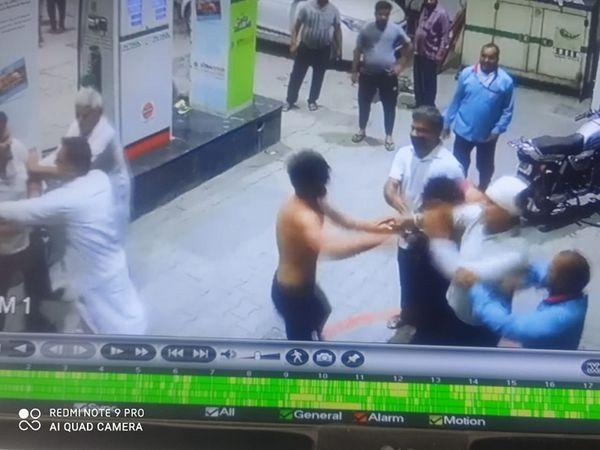 CCTV में कैद हुए पेंट्रोल पंप पर मारपीट करते युवक। - Dainik Bhaskar