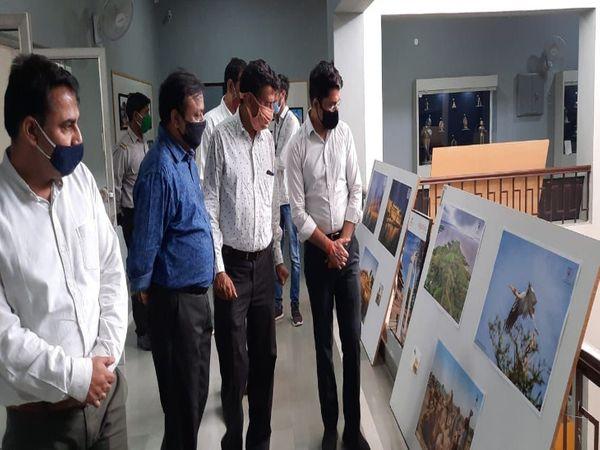 प्रदर्शनी का अवलोकन करते हुए एडीएम - Dainik Bhaskar