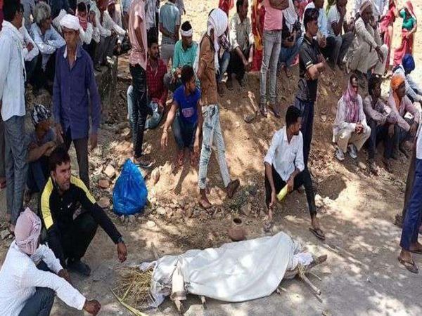 विवाद के बाद शव लेकर बैठे मृतक के परिजन - Dainik Bhaskar