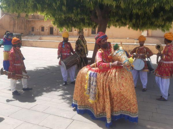 राजस्थान दिवस के अवसर पर पर्यटकों को रिझाने के लिए कच्ची घोड़ी नृत्य करते कलाकार। - Dainik Bhaskar