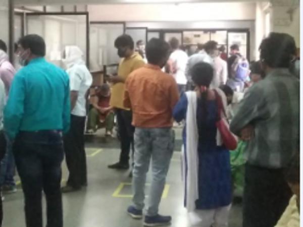 आईएसबीटी स्थित रजिस्ट्रार ऑफिस पर रजिस्ट्री कराने के लिए मंगलवार को भी बड़ी संख्या में लोग पहुंचे। - Dainik Bhaskar