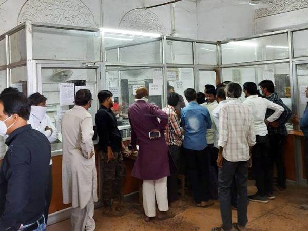 जिला पंजीयक कार्यालय में लोगों की भीड़ लगी हुई है। - Dainik Bhaskar