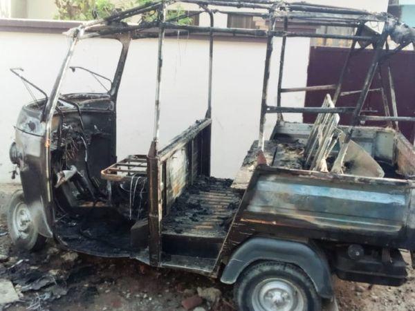 अमहिया थाना क्षेत्र के दरगाह के पास शरारती तत्वों ने ऑटो में लगाई आग - Dainik Bhaskar