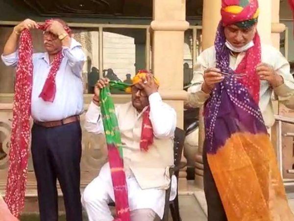 जोधपुर में मंगलवार को राजस्थान दिवस के अवसर पर साफा बांधना सीखते राज्य मानवाधिकार आयोग के अध्यक्ष।