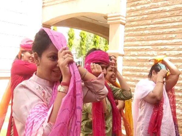 जोधपुर में मंगलवार को राजस्थान दिवस के अवसर पर आयोजित कार्यक्रम में साफा बांधना सीखती महिलाएं। - Dainik Bhaskar