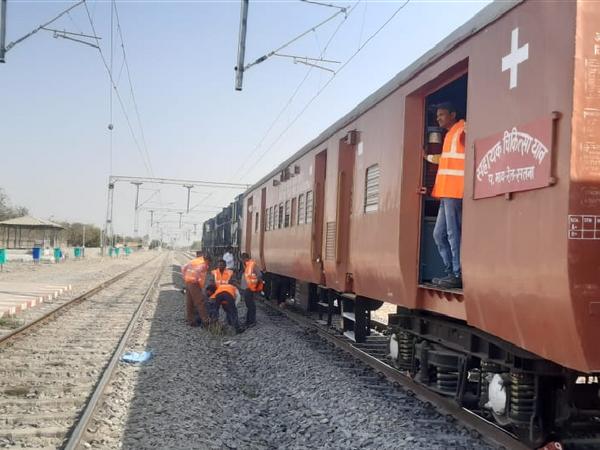सकरिया और हिनौता रेलवे स्टेशन में रेस्क्यू करता रेलवे का अमला - Dainik Bhaskar