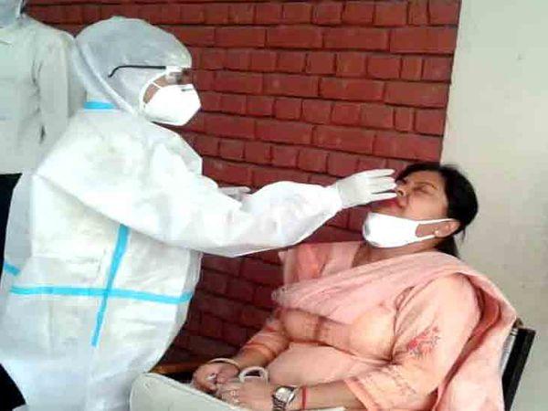 शहर में मेडिकल टीमें अब स्कूलों व कॉलेजों में जाकर भी कोरोना जांच कर रही है। फाइल फोटो - Dainik Bhaskar