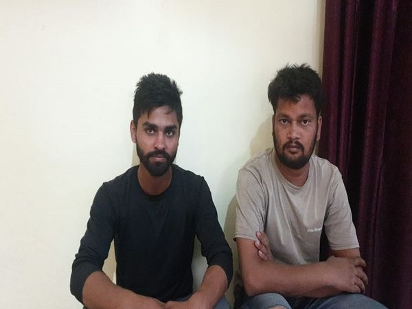 श्रमिक का हत्यारोपी सिद्धार्थ (बायें) व अजय। - Dainik Bhaskar