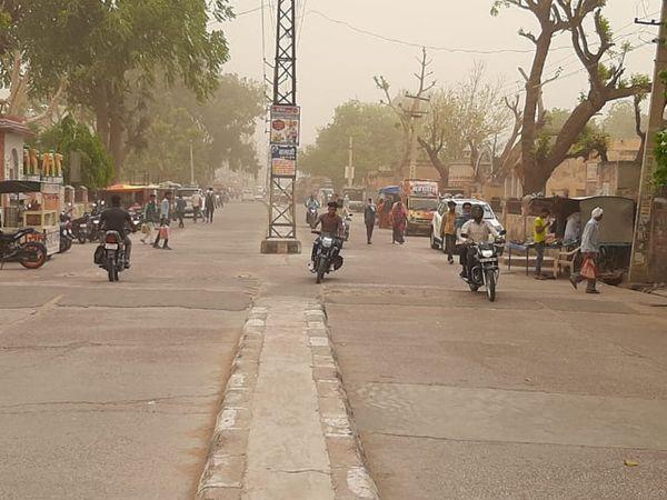 चूरू के तारानगर में भी सुबह से आसमान में धूल छाई रही।