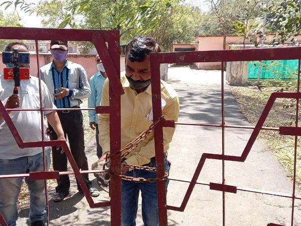 शिक्षक संघ के पदाधिकारियों ने यूनविर्सटी के बंगले पर कब्जा जमाए बैठे कांग्रेस विधायक के बंगले के गेट का ताला तोड़ा। - Dainik Bhaskar