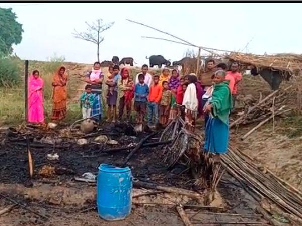 इसी जगह तीनों बच्चे जलकर राख हो गए। - Dainik Bhaskar