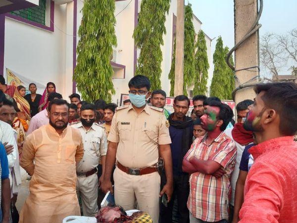 घटनास्थल पर उमड़ी पुलिस और लोगों की भीड़। - Dainik Bhaskar