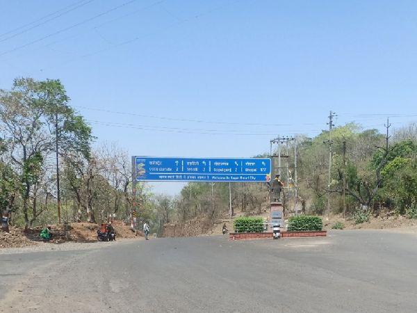 गर्म हवाओं और सूरज की चुभन से सड़कों पर सन्नाटा पसरा है। - Dainik Bhaskar