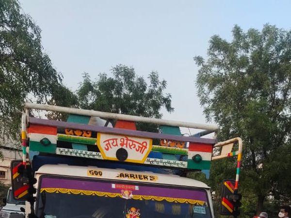 पिकअप वाहन में भरकर ले जाए जा रहे डोडाचूरा को पुलिस ने जब्त कर लिया। - Dainik Bhaskar