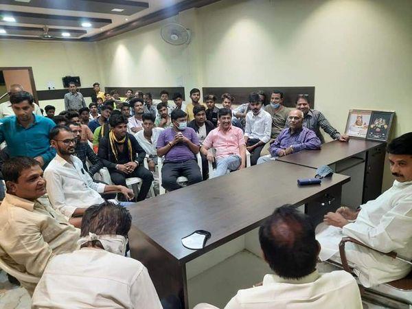 पूर्व गृहमंत्री बाला बच्चन के नेतृत्व में BJP के 57 युवा कार्यकर्ता कांग्रेस में शामिल - Dainik Bhaskar