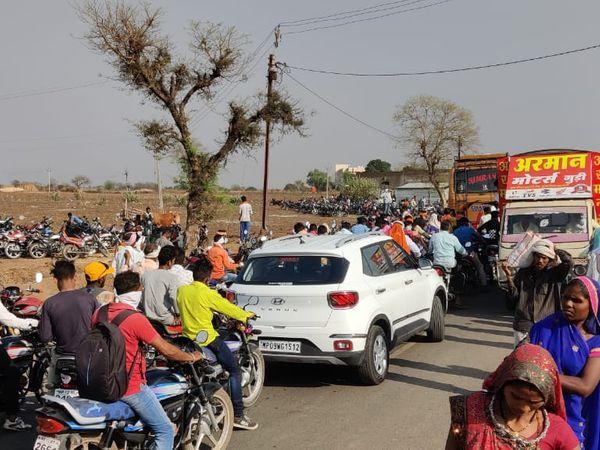 इस तरह सड़कों पर लगाए जा रहे थे हाट बाजार, नियमों का उल्लंघन करने पर प्रकरण दर्ज। - Dainik Bhaskar
