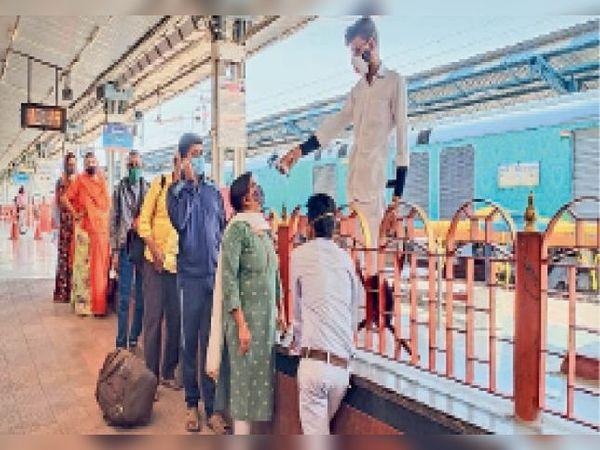 रेलवे स्टेशन पर यात्रियों की थर्मल स्क्रीनिंग करती टीम। - Dainik Bhaskar