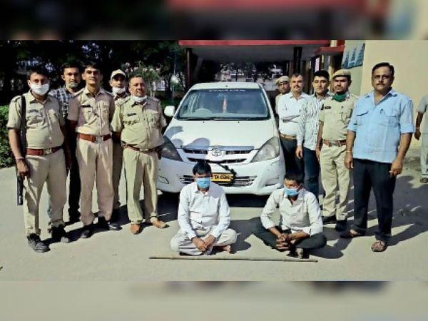 बरामद कार व गिरफ्तार आरोपी। - Dainik Bhaskar