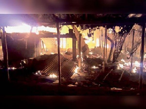 तारापुर हाट में रविवार की रात लगी भीषण आग में जलते दुकान। - Dainik Bhaskar