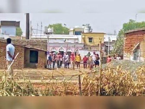 रोड़ेबाजी करते दोनों गांव के ग्रामीण। - Dainik Bhaskar
