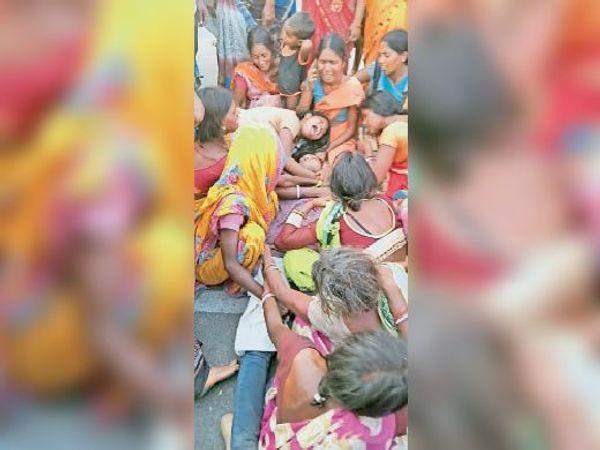 घटना के बाद रोते बिलखते परिजन। - Dainik Bhaskar