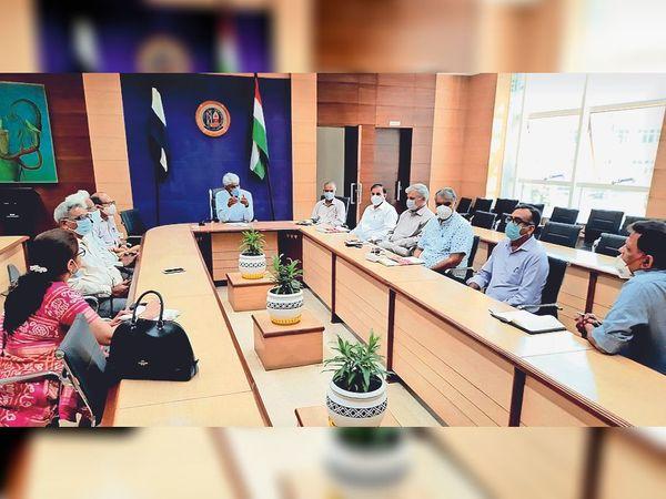 विवि अधिकारियाें से मीटिंग करते वीसी प्रो. राजबीर सिंह। - Dainik Bhaskar