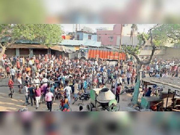 एकंगरसराय के तेल्हाड़ा बाजार दुकान में घुसे ट्रक को देखते लोगों का हुजूम।