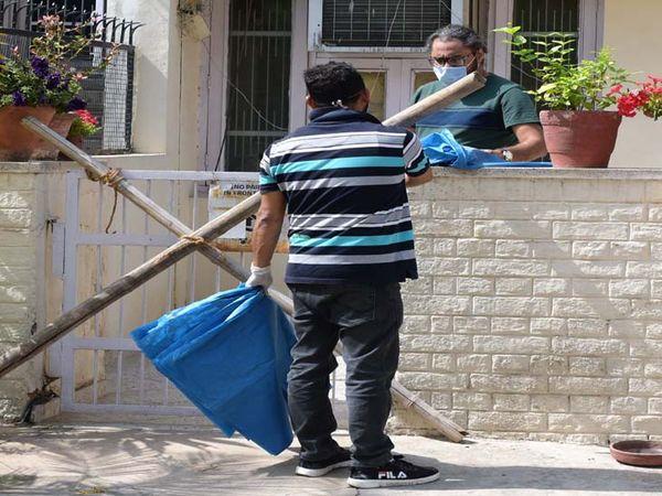 संक्रमण प्रभावित लोगों के घरों के आगे बांस की बल्लियां लगा कर रास्ते बंद किए गए है। - Dainik Bhaskar